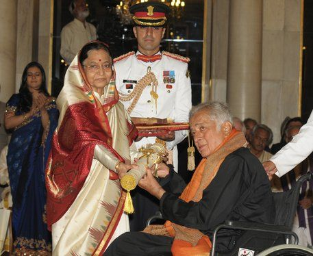 Shashi-Kapoor-receiving-Padma-Bhushan-from-the-President