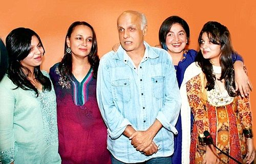 Alia Bhatt with her parents and sisters