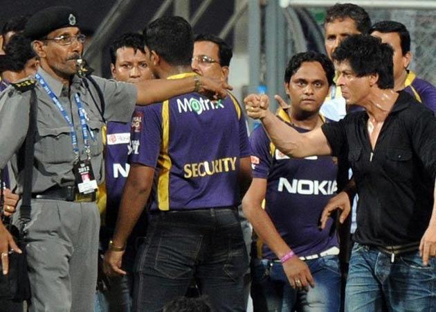 Shahrukh Khan Mistreating A Security Guard During An IPL Match At Wankhede Stadium In Mumbai