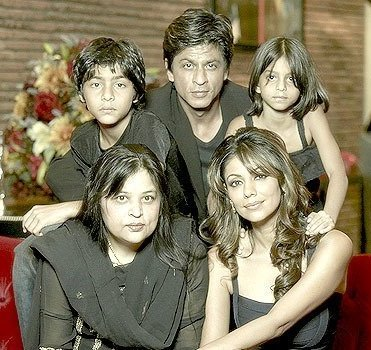 Shahrukh Khan With His Elder Sister Shehnaz And Other Family Members