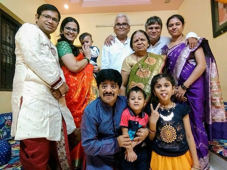 Vineet Bhonde with his parents, 2 brothers, 2 sister-in-laws and their children