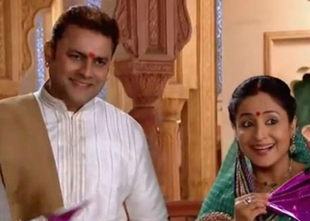 Sanjeev Seth With Lata Sabrawal In The Serial 'Yeh Rishta Kya Kehlata Hai'
