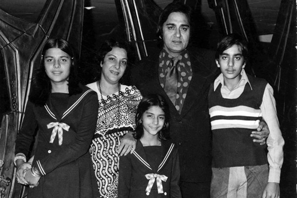 Sunil Dutt With His Wife Nargis And Son- Sanjay Dutt, Daughters- Priya Dutt And Namrata Dutt