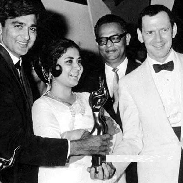 Sunil Dutt and Meena Kumari Receiving Filmfare Best Actor Award In 1965 From Hollywood Actor Tony Randall
