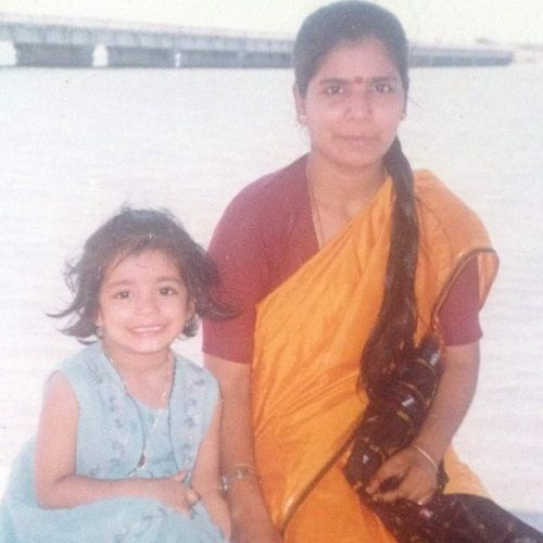 Janani Iyer childhood picture with her mother