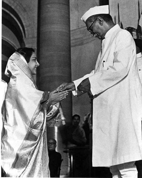 Nargis Receiving The Padma Shri Award In 1958