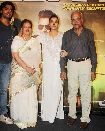 Aishwarya Rai Bachchan with her parents and brother Aditya Rai