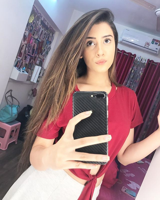 Hiba Nawab taking selfie