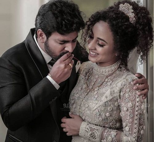 Srinish Aravind and Pearle Maaney's wedding picture