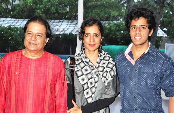 Anup Jalota Biography, Age, Height, Wiki, Wife, Family, Caste, Profile - Anup Jalota with his wife and son
