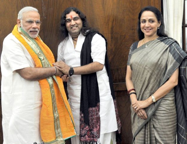 Devkinandan Thakur with Narendra Modi and Hema Malini