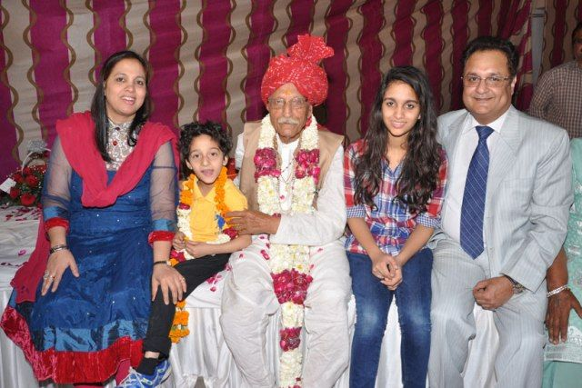 Mahashay Dharampal Gulati with his grandson and his family