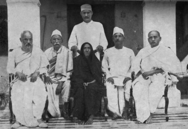 Patel mother with her five son, Sardar Patel at extreme right