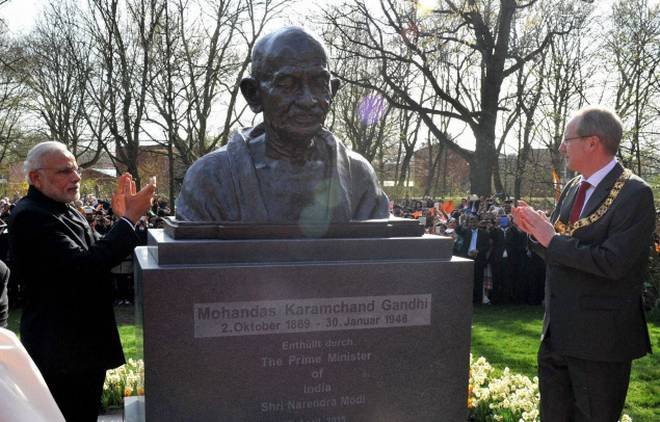 Prime Minister Narendra Modi unveiling the bust of Mahatma Gandhi on 13 April 2015 in Hannover, Germany