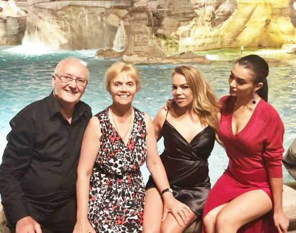 Amy Jackson with her parents and sister