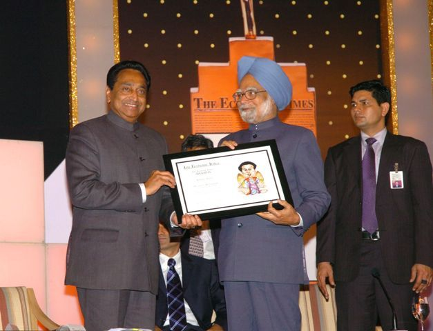 Kamal Nath receiving Business Reformer of the year Award by Manmohan Singh