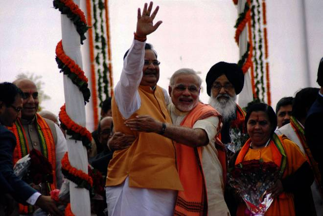 Narendra Modi greets Raman Singh after he was sworn-in as the Chief Minister of Chhattisgarh