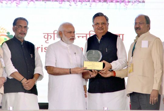 Raman Singh receiving award from Narendra Modi