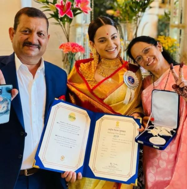 Kangana Ranaut posing with her National Film Award for her films Panga (2020) and Manikarnika The Queen of Jhansi (2019) along with her parents