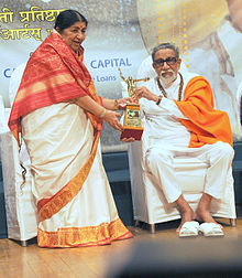 Lata Mangeshkar receiving award