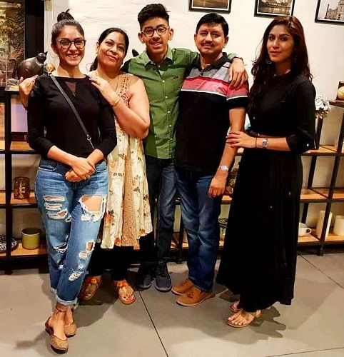 Mrunal Thakur with family