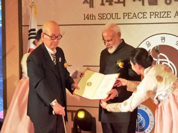 Narendra Modi with his Seoul Peace Prize