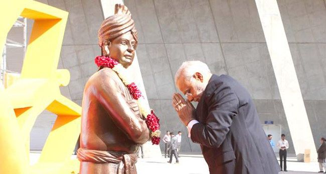 Narendra Modi paying tribute to Vivekananda