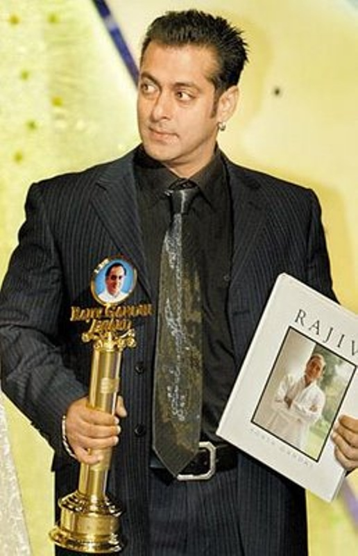 Salman Khan with Rajiv Gandhi Award