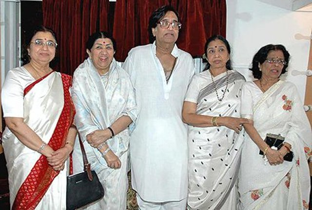 lata mangeshkar with her siblings