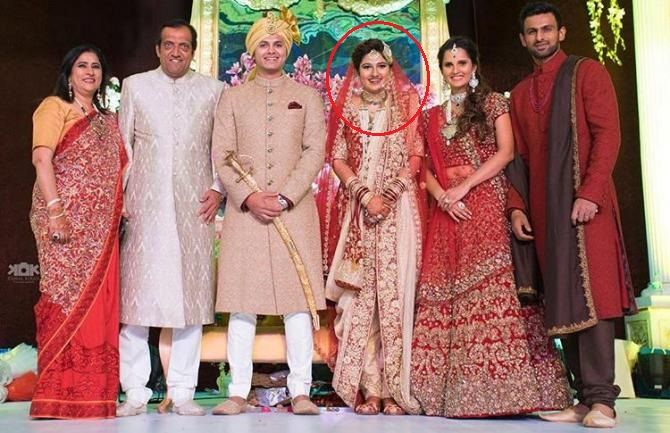 Anam Mirza With Her Husband And Family During Her Wedding