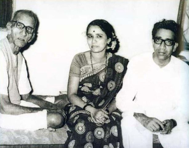 Bal Thackeray with his wife and father