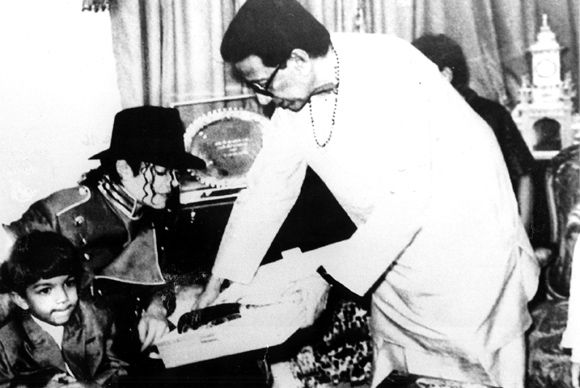 Michael Jackson giving autograph to Thackeray on Toilet seat
