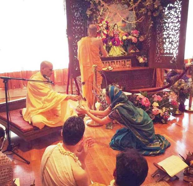 Roshni Devlukia Shetty with Radhanath Swami