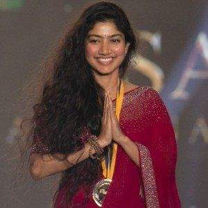 Sai Pallavi With Her Gold Medal At Behindwoods Gold Medals In 2017