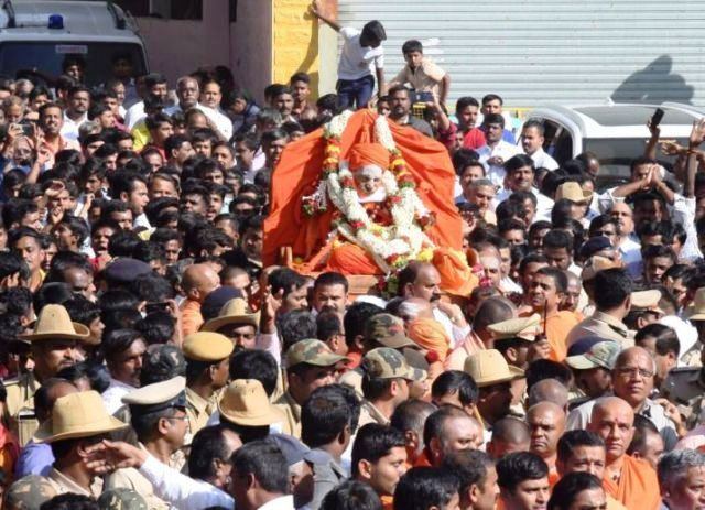 Thousands of People during the funeral of Shivakumara Swamiji