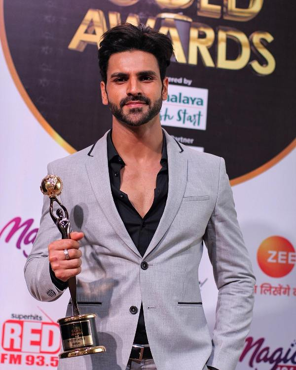 Vivek Dahiya with award