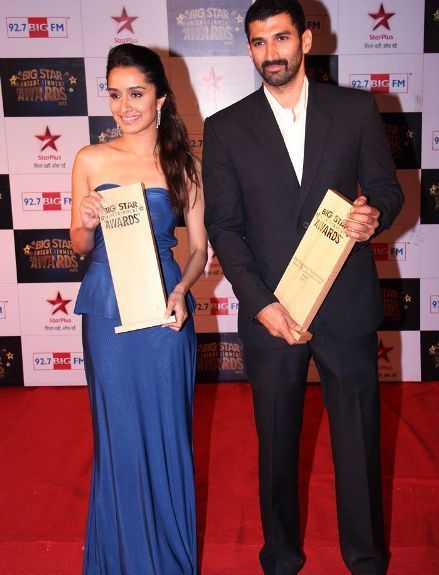 Aditya Roy Kapoor and Shraddha Kapur with award