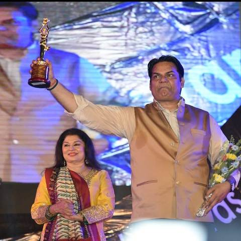 Akhilendra Mishra with the award