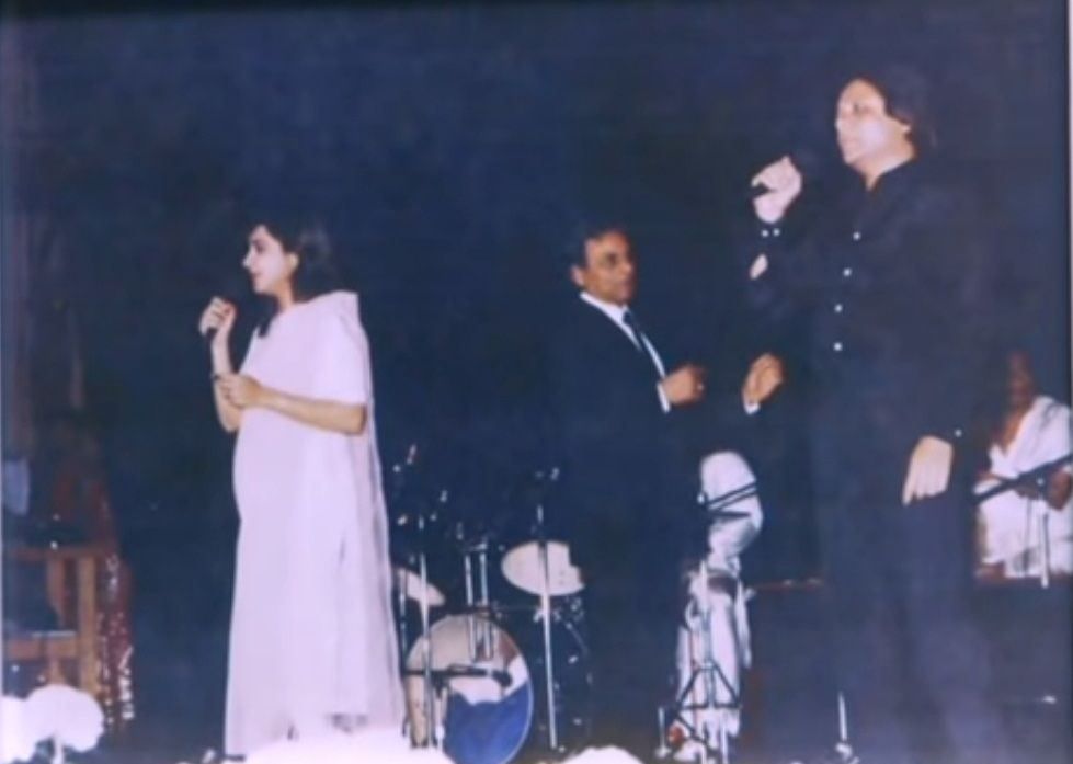 Alka Yagnik on stage with Anandji