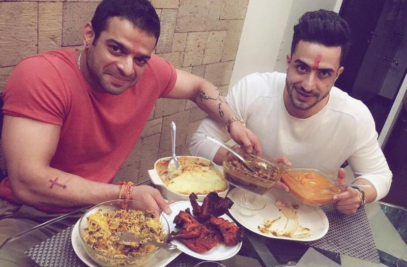 Aly Goni having food