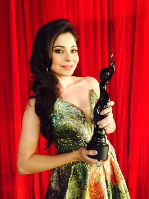 Kanika Kapoor with Filmfare award