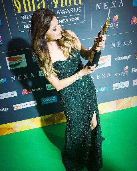 Kanika Kapoor with IIFA award