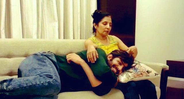 Kartik Aaryan with his mother pic