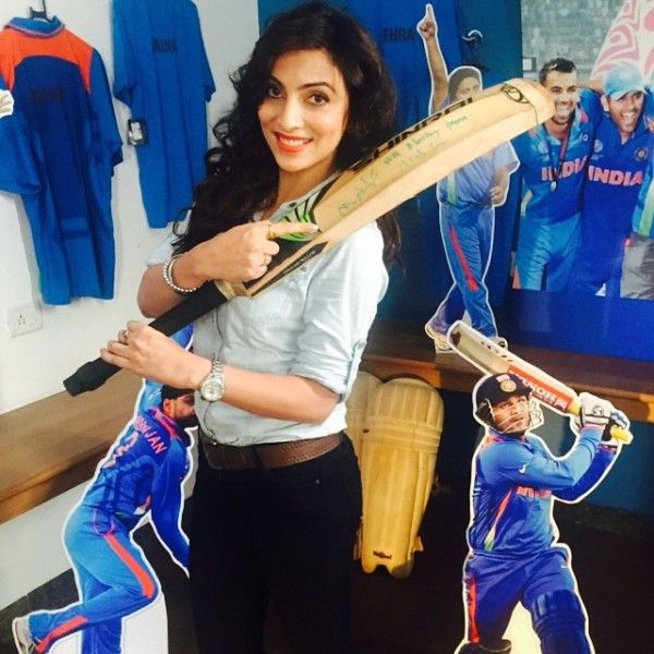 Mansi Sharma holding cricket bat