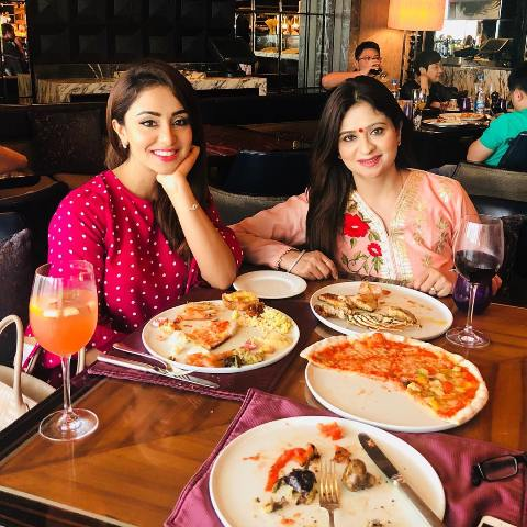 Musskan Sethi having food with her mom