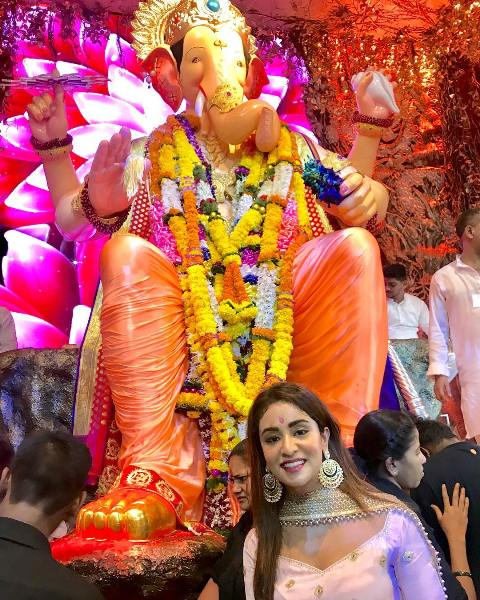 Musskan Sethi with Lord Ganesha's Idol