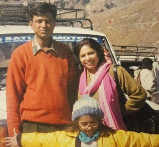 Shruti Sinha with her parents in childhood
