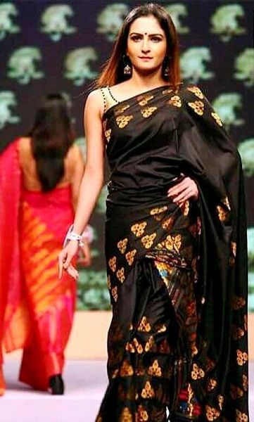 Zaara Yesmin walking the ramp for Payal Chaddha