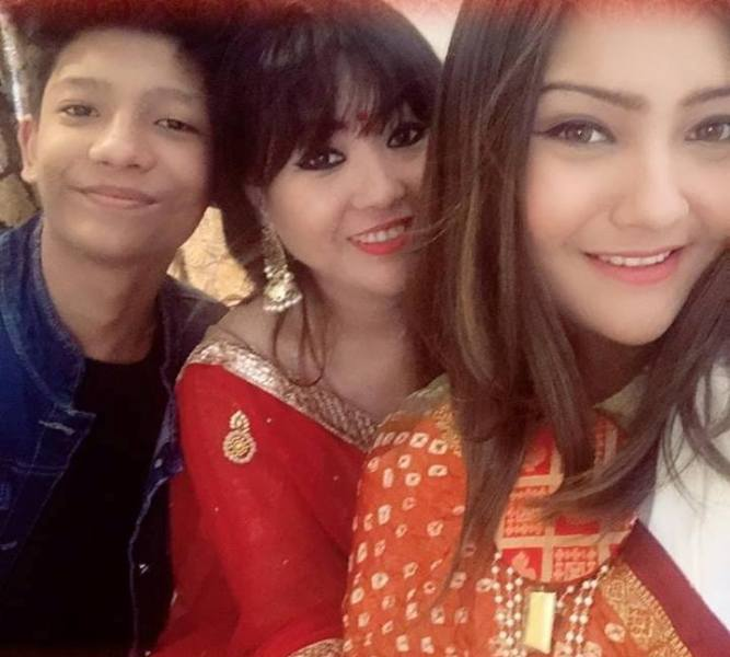 Aashika Bhatia with her mother and brother