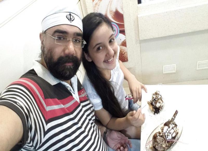 Ashnoor Kaur having ice cream with her father